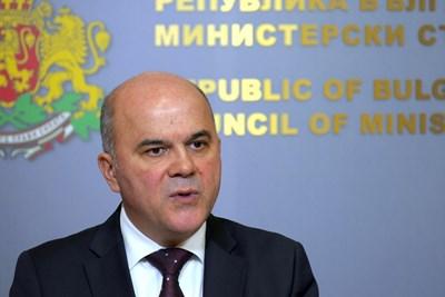 Социалният министър Бисер Петков обясни, че в следващите дни ще стане ясно точно с колко ще се вдигнат пенсиите догодина.