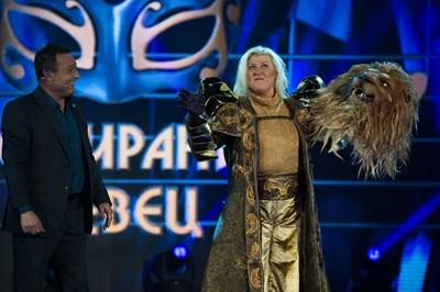 """Албена Михова - вече разкрита, на сцената на """"Маскираният певец""""."""