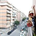 """Лора Карера пуска кошница с храна през терасата за своя съседка, спазвайки """"социалната дистанция""""."""