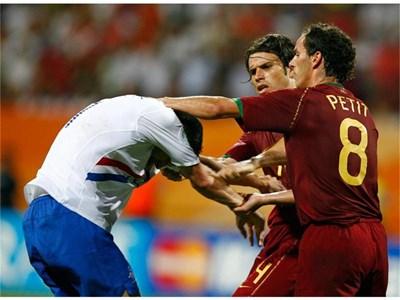 Португалците Петит (номер 8) и Рикардо Коща пробват да усмирят развилнелия се Робин ван Перси. СНИМКА: РОЙТЕРС