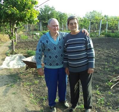 Тодор и съпругата му Елена в двора, където отглеждат всякакви зеленчуци.