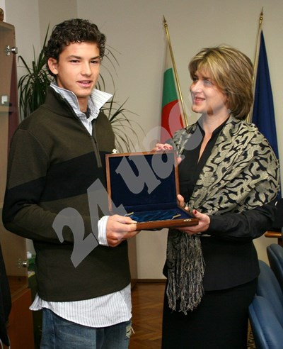 Декември 2006 г. Шефката на ДАМС Весела Лечева награждава Григор Димитров. СНИМКА: 24 часа