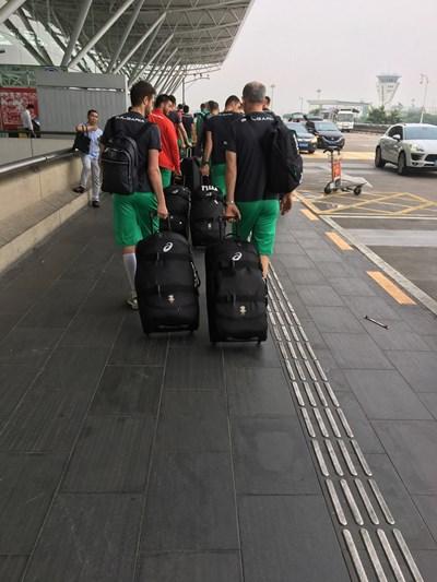 Националите пътуваха 11 ч във въздуха от Осака до Франкфурт, където бе отменен последният им полет.