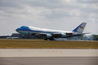 """Президентският самолет """"Еър Форс Уан"""" каца на лондонското летище """"Станстед"""". Снимка РОЙТЕРС"""