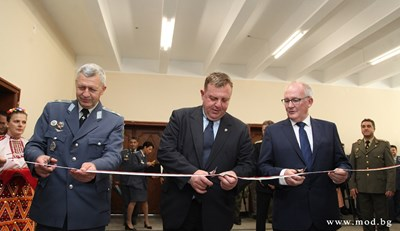 """Каракачанов бе в Долна Митрополия на церемонията по въвеждане на новия тренажор за """"Пилатус"""" в учебната военновъздушна база. Снимка министерство на отбраната"""