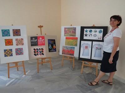 Директорката Кина Котларска пред творбите от годишната изложба на художниците СНИМКА: Дима Максимова
