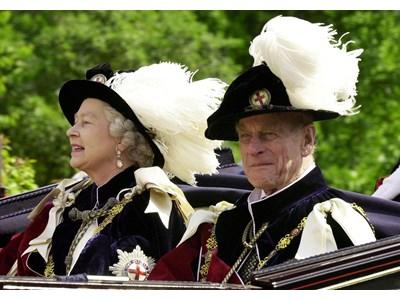 Елизабет II и съпругът й в облекла на Ордена на Жартиерата през 2001 г. СНИМКИ: РОЙТЕРС