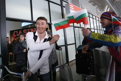 Красимир Анев получава българско знаменце при прибирането си в България от олимпиадата. СНИМКА: Lap.bg