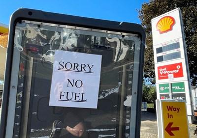 На много места има надписи, че липсва гориво. СНИМКА: РОЙТЕРС