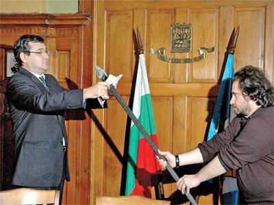 Преди 2 г. Славчо Атанасов публично набучи на копие споразумението с правителството за компенсации от софийския боклук. То остава в кабинета на Иван Тотев. СНИМКА: НАТАША МАНЕВА