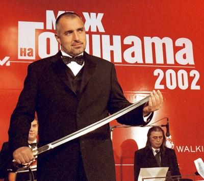 """Бойко Борисов получава наградата """"Мъж на годината"""" на 29 ноември 2002 г. Отличието му е връчено докато е главен секретар на МВР. СНИМКА: Николай Литов"""