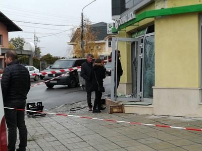 Взривеният банкомат в Сапарева баня. СНИМКА: Антоанета Маскръчка