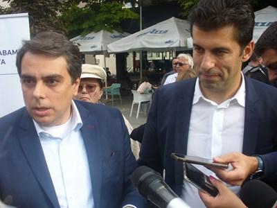 Бившите служебни министри Асен Василев /вляво/ и Кирил Петков отговориха днес на всички въпроси на старозагорци.