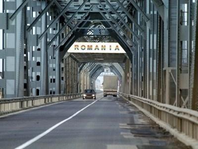 Трафикът по Дунав мост при Русе е много голям - около 5000 превозни средства на денонощие. Снимка Архив