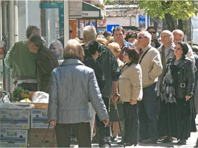 Хиляди граждани изгубиха часове и дни в чакане за нови лични документи м.г. Част от тях ще ходят до гишето пак. СНИМКА: АНТОАНЕТА ПЕЛТЕКОВА