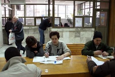 Плащането на стажа става по банков път, но трябва да се издаде и удостоверение от поделение на НОИ, за да бъде призната сделката.  СНИМКА: АРХИВ