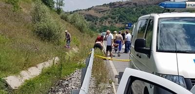 Тялото на мъжа е открито в канавка край пътя. СНИМКА: Ненко Станев