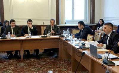 Зам.-шефът на депутатите от БСП Крум Зарков (крайният вляво) е решен да промени текстовете в НК и НПК, които дават автоматично съкратено производство за всички престъпления. Тежките да отпаднат, настоява левицата. СНИМКА: Десислава Кулелиева