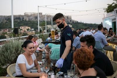 Продължават да растат новите случаи на COVID-19 в Гърция СНИМКА: РОЙТЕРС