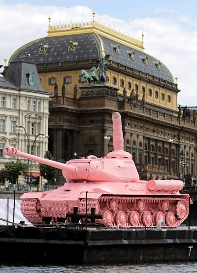 През 2011 г. Розовият танк временно се завърна в Прага за историческа годишнина.   СНИМКА: РОЙТЕРС
