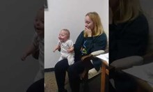 Бебе чува за първи път гласа на сестричката си