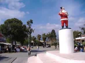 Голяма пластмасова статуя на Дядо Коледа посреща гостите в Демре.