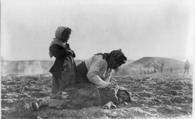 Арменска майка оплаква убитата си дъщеря.