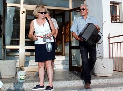 О.р. полк. Пламен Арсов и съпругата му се изнасят принудително от ведомственото жилище след като офицерът е обвинен, че е подслушвал Никола Филчев. СНИМКА: Йордан Симeонов