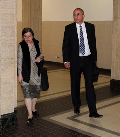 Съдия Светлозар Георгиев заедно с адвокатката си Даниела Доковска. СНИМКА: Румяна Тонeва