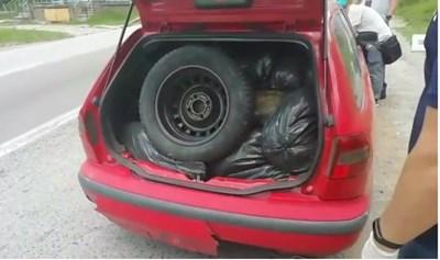 Полицаите открили в колата на Даниел Кьосев 30 чувала тютюн. СНИМКА: СПЕЦИАЛИЗИРАНА ПРОКУРАТУРА