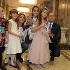 Президентът Румен Радев и съпругата му Десислава раведа се снимат с деца до елхата.