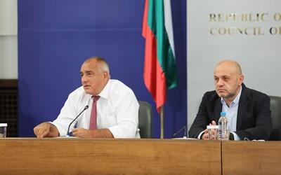 Бойко Борисов даде сутрешната си пресконференция заедно с вицепремиера Томислав Дончев, за да си имал компания. Дончев не каза нито дума.