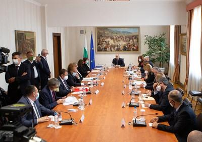 Президентът Румен Радев събра парламентарните партии на консултации за новия състав на ЦИК. СНИМКА: ПРЕССЕКРЕТАРИАТ НА ДЪРЖАВНИЯ ГЛАВА