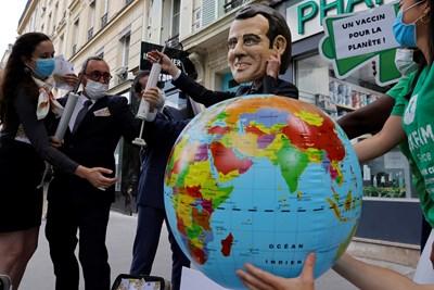 Активисти протестират в Париж срещу Макрон, като настояват да има ваксини за всички страни на планетата.   СНИМКА: Снимки: Ройтерс