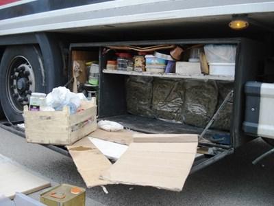 """30 кг наркотик, скрит в товарен автомобил и управляван от турски гражданин откриха митничари на ГКПП """"Дунав мост 2"""" при Видин - Калафат. Снимки: Агенция """"Митници"""""""