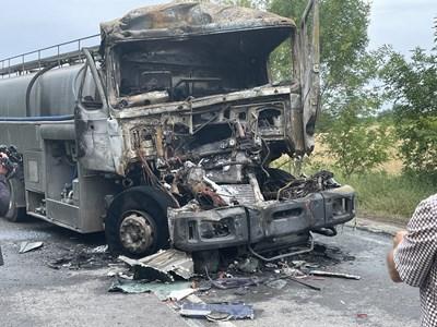 От удара камионът-цистерна се запали и изгоря почти изцяло, но пострадали хора няма. Снимка: Ваньо Стоилов