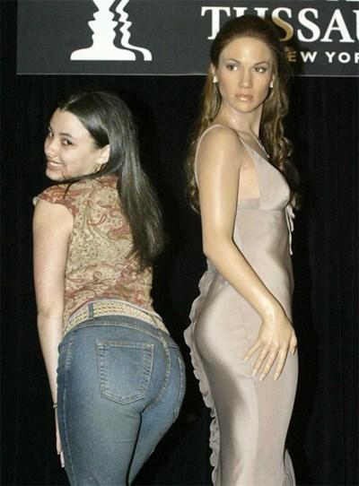 Момиче показва заобленото си седалище край восъчната фигура на иконата на дупетата Дженифър Лопес. СНИМКА: РОЙТЕРС
