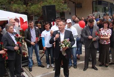 Сергей Станишев на предизборната си кампания в Своге. Снимка: БСП