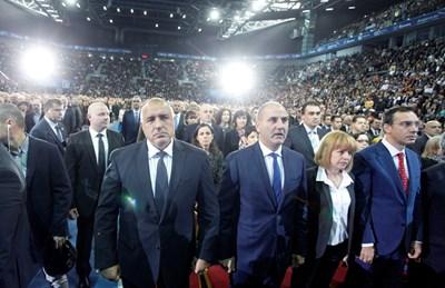 Борисов и първият ешелон в ГЕРБ слушат химна. СНИМКА: Йордан Симeонов