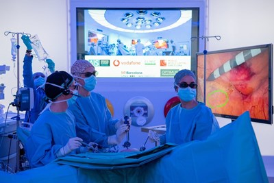 """Екип от лекари в """"Хоспитъл клиник Барселона"""" започва да премахва раков тумор от дебелото черво на пациент през февруари, докато наблюдаващият процедурата хирург е на повече от 5 километра от операционната. СНИМКА: Туитър"""