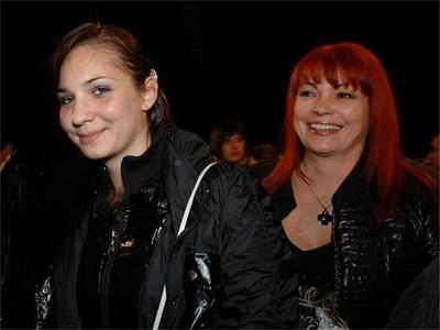 Красина (вляво) и майка й Инна на концерта. Журналистката засне клип с телефона си, докато дъщеря й беше на сцената.