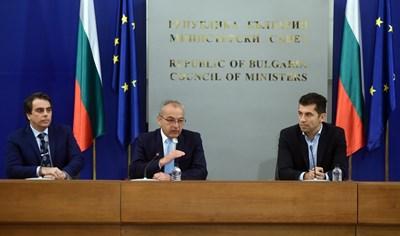 Министрите Асен Василев, Гълъб Донев и Кирил Петков (от ляво на дясно) представиха новата програма в помощ на бизнеса и промените в действащите мерки.   СНИМКА: СНИМКА: ВЕЛИСЛАВ НИКОЛОВ