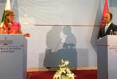 Дали македонците, които често са склонни да се плашат и от собствената си сянка, ще привидят виртуална прегръдка между България и Албания в този кадър от пресконференцията на външните министри Екатерина Захариева и Дитмир Бушати? Точно след тази среща в Тирана от Захариева дойде и първото българско официално изявление за предстоящия договор с Македония.