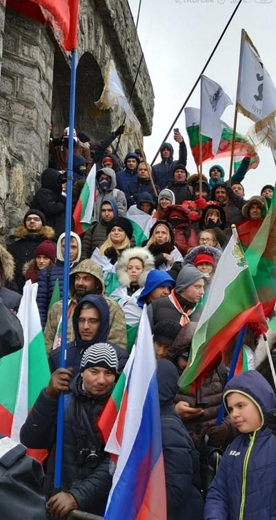 """Привържениците на """"Възраждане"""" носеха знамена с надписи с името на партията и различни градове, но общо бяха около 20-ина души. Най-отгоре е лидерът им Костадин Костадинов (с побелялата коса и скръстените ръце)"""