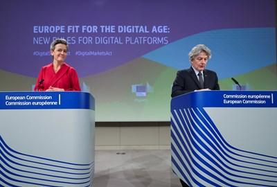 Зам. шефката на ЕК Маргрете Вестагер и еврокомисарят Тиери Бретон представят законодателните актове за дигиталните услуги и дигиталните пазари.