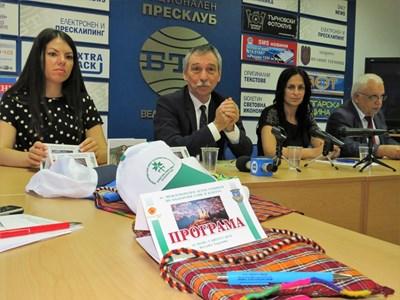 Ректорът проф.Христо Бонджолов представи рекламните материали и автентичните родопски торбички за участниците СНИМКА: Дима Максимова