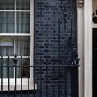 Послание е оставено на прозореца на Даунинг стрийт 10, докато премиерът лежи в болница с коронавирус.