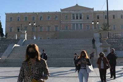 Жителите на Атина вече задължително носят маски на открито. СНИМКИ: РОЙТЕРС
