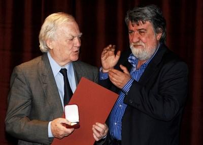 Маестро Тончо Русев получава награда по случай 24 май от министъра на културата Вежди Рашидов през 2014 г.