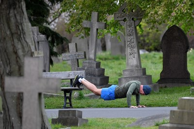 Мъж отиде да потренира на гробище в Лондон Снимка: Ройтерс